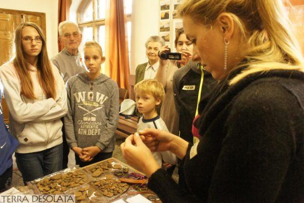 Prezentacja fragmentów naczyń ceramicznych sprzed prawie 2000 lat