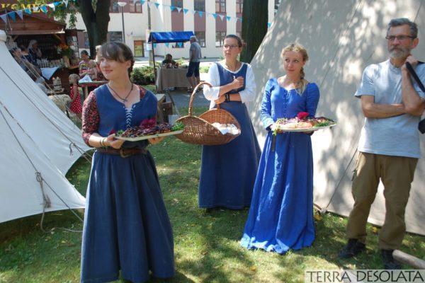 Poczęstunek podczas jarmarku na św. Jakuba organizowanego w Kętrzynie