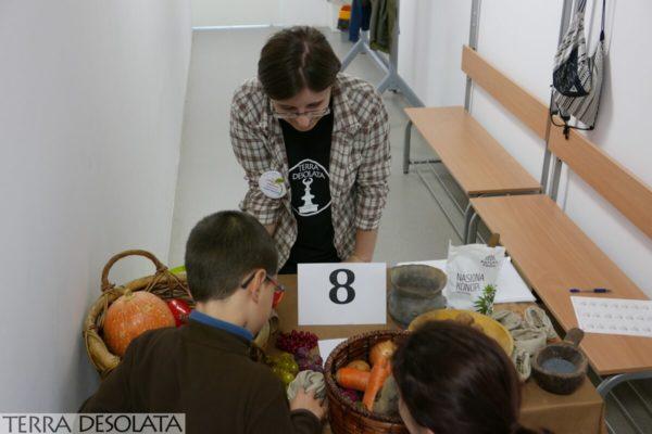 Natalia prezentuje warzywa, owoce i nasiona